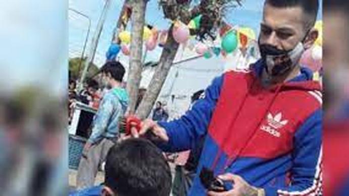 Fabián Mestre, el peluquero solidario que ofrece cortes de pelo a cambio de materiales de construcción para terminar su casa